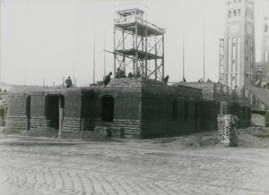 Épülőfélben a Tisza-parti klinikasor, háttérben a Dóm tornyai (1928 márciusa)