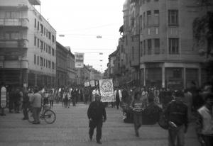 A Kárász utcáról megérkeznek a felvonulók a Dugonics térre