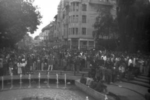 A tömeg a Dugonics téren