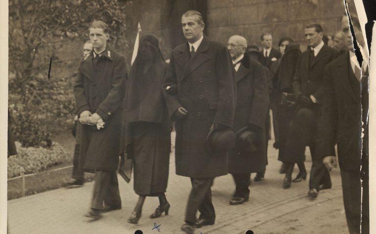 Klebelsberg Kunoné Botka Sarolta a temetési menetben (1932.10.13.)