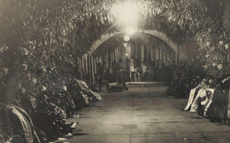 Feldíszített folyosó a kriptáig (1932.10.15.)