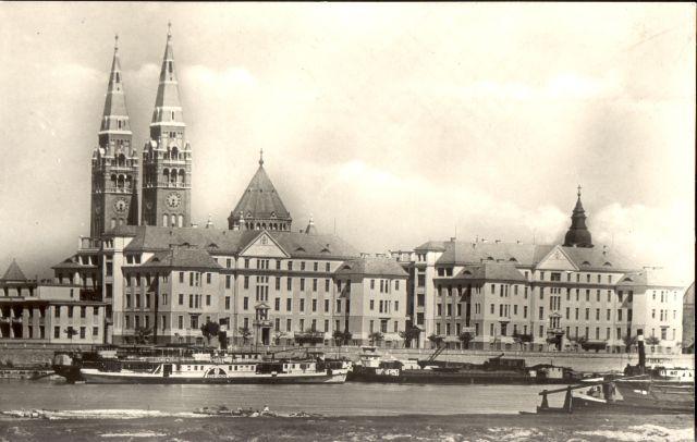 Rálátás a Belgyógyászati Klinika és a Bőrgyógyászati Klinika impozáns épületeire a Tisza felől (6)